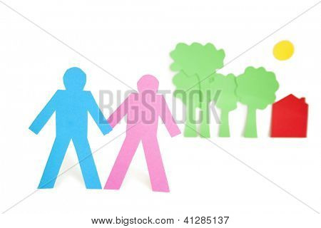 Corte de papel salidas que representa a una pareja con árboles y casas sobre fondo blanco