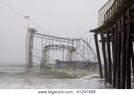 SEASIDE HEIGHTS, NJ - JAN 13: De Casino Pier Star Jet achtbaan afgezonken in de zee op Dezember