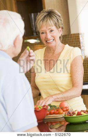 Marido y esposa preparando las verduras