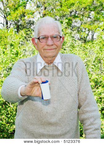 Senior segurando o remédio