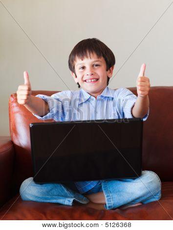 Criança brincando com seu Laptop com polegares para