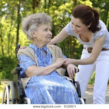 Mujer Senior en silla de ruedas