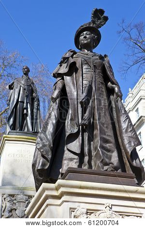 Statue Of Queen Mother Elizabeth And King George VI