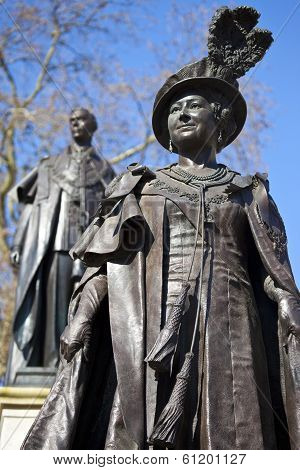 Statues Of Queen Mother Elizabeth And King George VI