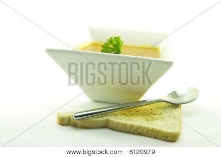 Sopa de tomate em uma tigela preta