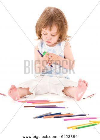 kleines Mädchen mit Farbstiften