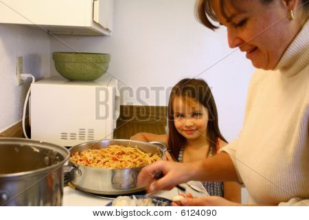 Little Girl ayudando a mamá Cook