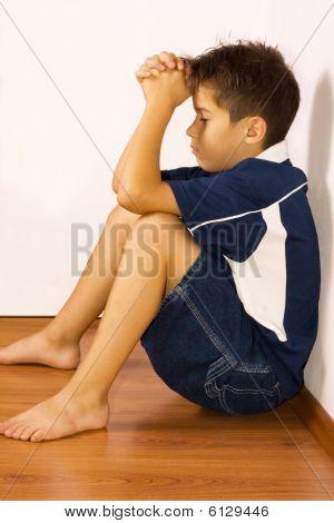Niño molesto contra una pared