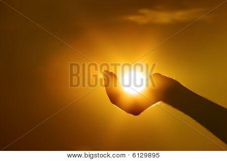 Sol en gesto de la mano