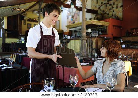 Garçom dando Menu para atendimento no restaurante