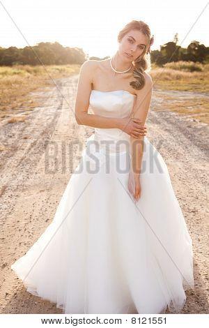 Braut in einer ländlichen Umgebung