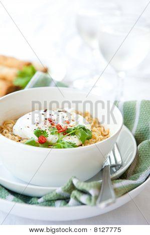 Tallarines orientales picantes con huevo escalfado