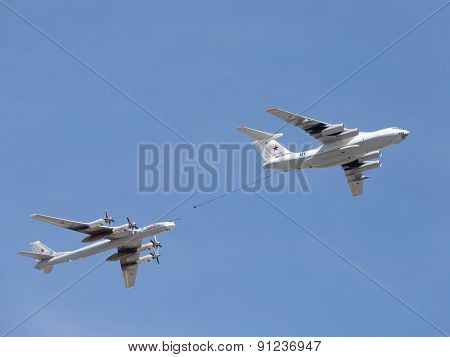 Plane Il-78 Tu-95Mc Runs Fuel