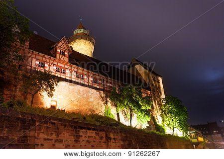 Kaiserburg with Sinwellturm, inner yard at night