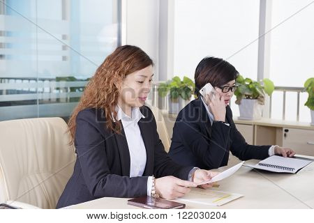 Business female colleagues at the desk Meeting