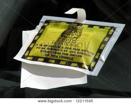 Bilhete de estacionamento no veículo estacionado em Leeds, West Yorkshire, Reino Unido