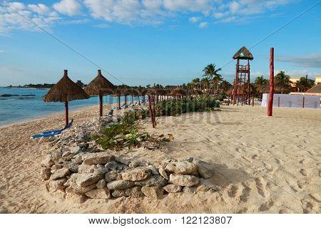 les parasols sur une plage mexicaine, with deckchairs