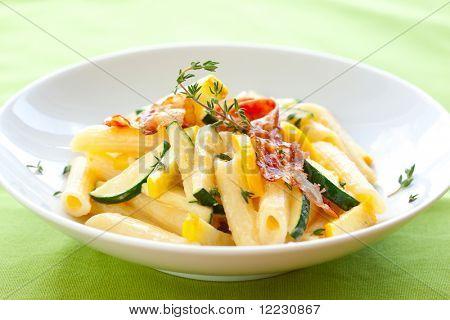 Penne mit Zucchini, Speck und Sauce carbonara