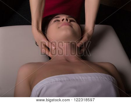 Masseur doing massage on woman body in the spa salon. woman relaxed. Beauty treatment concept.