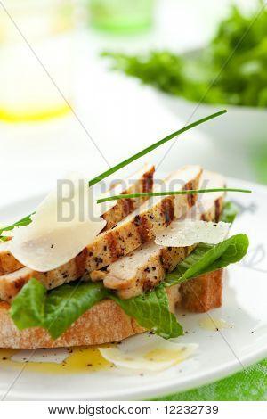 Abra o sanduíche de Caesar de frango na chapa branca