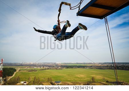 Ropejumping: people extrim in flight from a height.