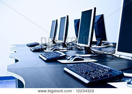 sala de trabajo con ordenadores en fila