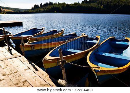 pontón y barcos en el lago de montaña