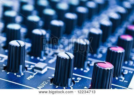 perillas del mezclador de audio con profundidad de campo