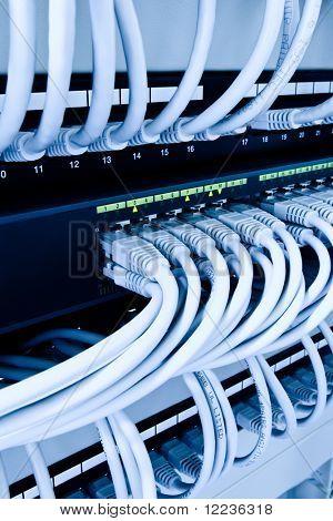 Netzwerkkabel und Drehscheibe im Rechenzentrum