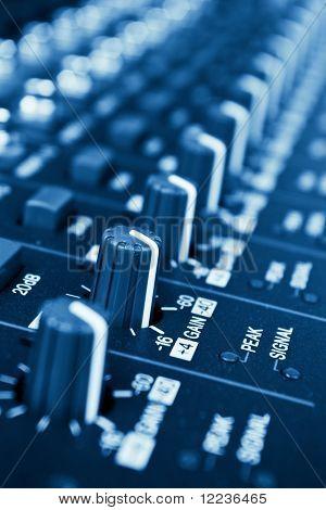botões de mixer de áudio profissional com profundidade de campo - azul em tons