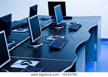 ordenadores con pantallas de LCD en oficina de ti