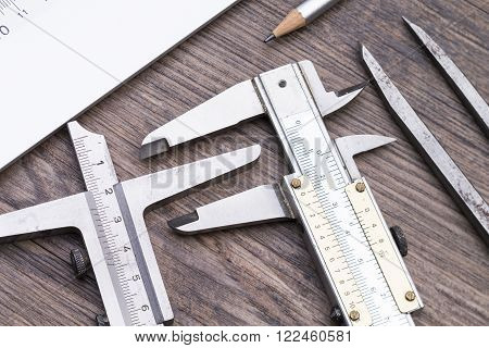 Das Foto zeigt mehrere gebrauchte Messgeräte auf einem Holztisch