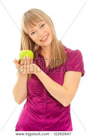 Frau mit grünem Apfel lächelnd