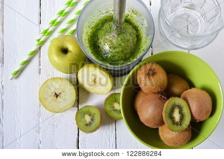 Smoothies of kiwi green apple and spinach cooking process