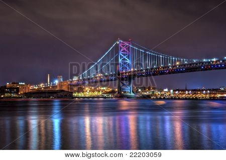 Benjamin-Franklin-Brücke bei Nacht