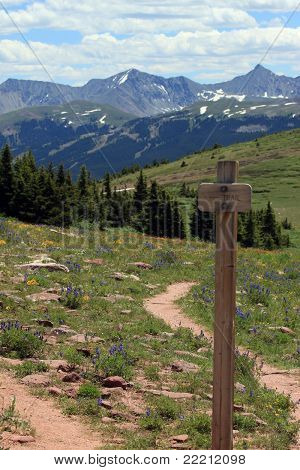 Sinal de trilha de montanha no garfo