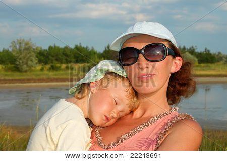 Mãe e filha pequena escorregar