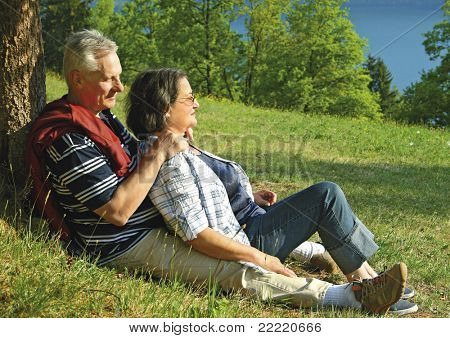 """Atractivo había casado pareja disfrutando de estar juntos. Palabra clave para esta colección es """"seniors77"""""""