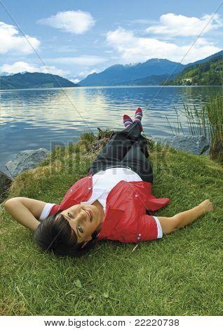 menina, aproveitando o sol por um belo lago. Mais fotos no meu portfolio.