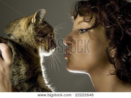 schöne Frau mit einer Weitblick-Katze