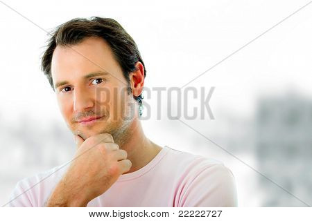 Portret van een jonge knappe man.  Wima7 is een sleutelwoord voor deze collectie