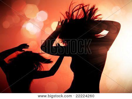 tanzende Silhouetten der Frau in einem Nachtclub