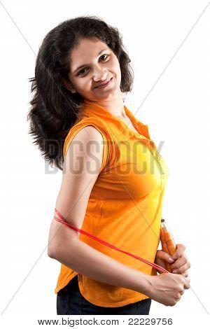 glücklich Inderin mit springen Zeichenfolge