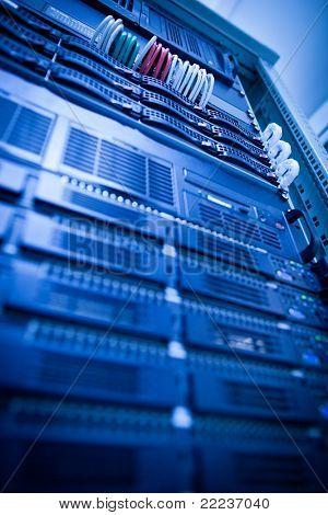 Server-Rack-Cluster in einem Rechenzentrum (shallow DOF; Farbe getönt)