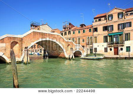 Blick auf alte Häuser und Brückchen über Kanal in Venedig, Italien.