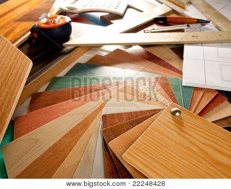 Designer de interiores arquiteto ou mesa de trabalho de carpinteiro com ferramentas de design