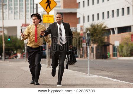 Hombres de negocios de prisa