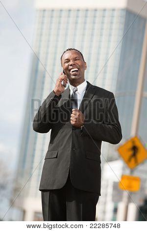 Empresário animado sobre telefonema