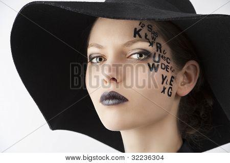 Der Buchstabe auf kreative Make-up Gesicht, close-up Portrait