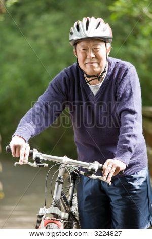 Senior asiatischen Biken